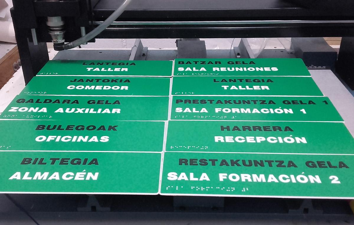 fabricacion-señales-accesibles-con-altorrelieve-y-braille